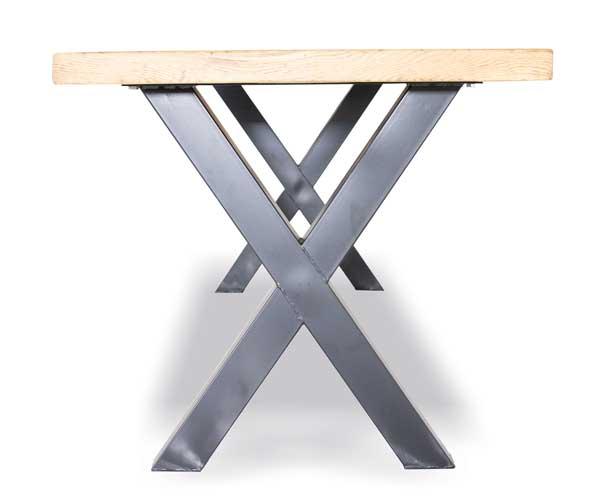 x-poot zwart onder tafel